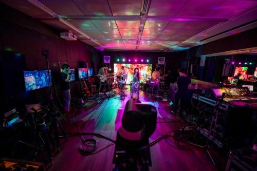 AR用のカメラ(手前)で、ライブを撮影する。DAOKOとバンドメンバーを除けば、スタジオ内には数人のスタッフしかおらず、観客はゼロ。私はカメラのすぐ後ろで、例外的に現場に立ち合って取材した(写真:渋谷5Gエンターテイメントプロジェクト、au 5G/KDDI)