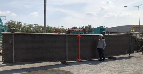 三角広場に使われた鉄骨梁。デプスは大人の身長か、それ以上の幅がある。赤色矢印の部分は上の写真と同じ幅だ(写真:日建設計)