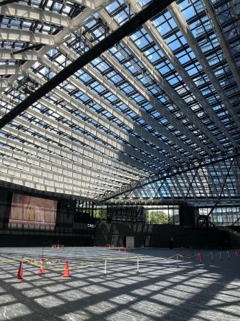 三角広場の床には昼間、梁やガラスを囲うフレームが影を落とす(写真:日建設計)
