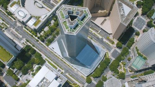 2020年6月に空撮した新宿住友ビルと足元に竣工した三角広場。ビルの影が広場にかかっている(写真:住友不動産)