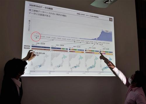 竹中工務店の設計者である上杉崇氏(左)が約300年分のデータを蓄積している竣工建物DBについて、私に説明しているところ(写真:日経クロステック)