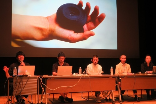echo projectの主要メンバー。右から2番目が檜山氏、中央が森永氏、左から2番目がライゾマティクスの真鍋大度氏。18年7月撮影(写真:日経クロステック)