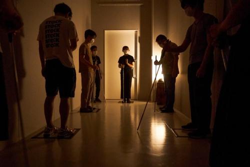扉の向こうは真っ暗だ。参加者は内部がどうなっているのか、何も知らされていない(写真:黒羽 政士、提供:echo project)