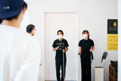 冒頭の写真の部屋に入る前に、案内人から説明を受ける(写真:黒羽 政士、提供:echo project)