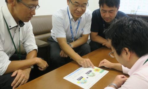 NTTグループが新国立競技場に導入を計画している「高密度Wi-Fi」の説明を受けた(写真:日経アーキテクチュア)