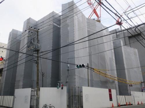 竹中工務店が東京・墨田に建設中のリバーホールディングス本社ビル。カバー越しに見ても複雑な形をしていることが一目瞭然(写真:日経アーキテクチュア)