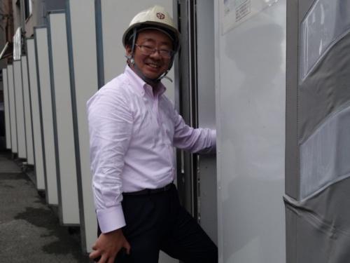 工事現場に入る私。ヘルメットを着用(写真:日経アーキテクチュア)