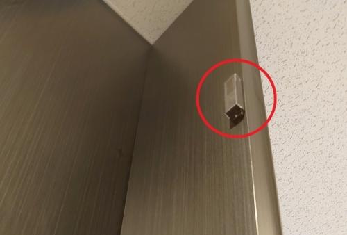 トイレの個室の満空情報を取得するためのドア開閉センサー(赤い丸)。このビルで最大のセンサー数を占める(写真:日経クロステック)