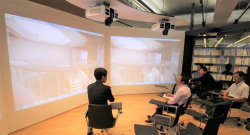 東京本店で花岡氏から吹き抜けや壁などの説明を受ける私(左から2番目)。3Dモデルなので、初めて見た私でも理解しやすかった(資料:竹中工務店)