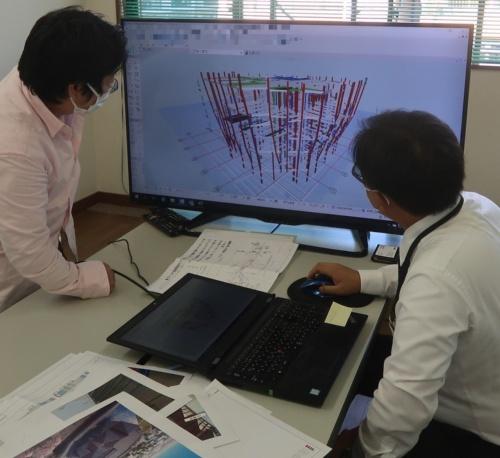 鹿島の山口悠樹氏(右)から構造の説明を受ける私。複雑に組み合わされた無数の鉄骨にまず驚いた(写真:日経クロステック)