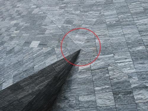 石板は長方形だけでなく、台形や三角形をしているものもある。石のパズルのようだ。赤い丸の部分は、後述する「合計79カ所の頂点」の1つ(写真:日経クロステック)