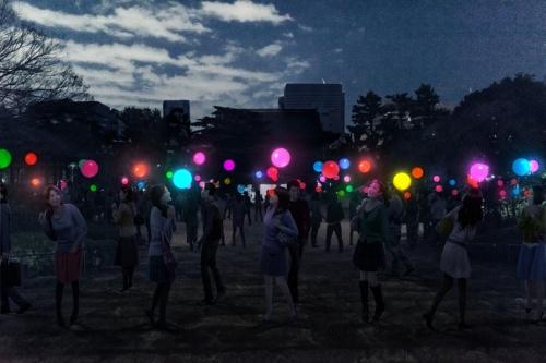 光と音を同期させた屋外空間の演出イメージ。光る球が宙に1000個浮かぶ(資料:ライゾマティクス)