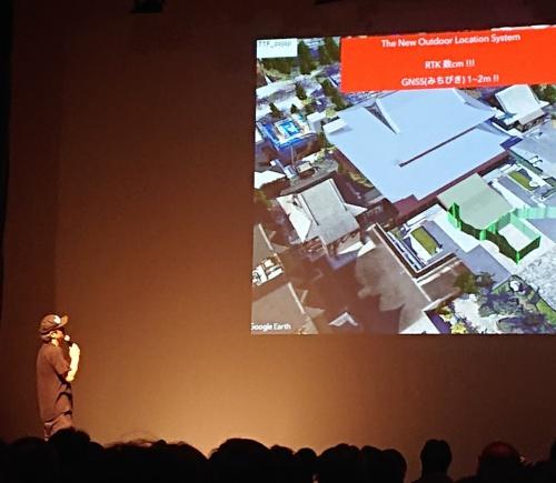 ライゾマティクスがCoded Fieldについて、都内でプレゼンテーションした時の様子。右上の画像は増上寺の境内(写真:日経アーキテクチュア)