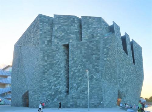 石の要塞のようにそびえ立つ「角川武蔵野ミュージアム」(写真:日経クロステック)