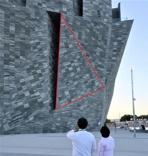 石の外壁は、61面の三角形の組み合わせで構成している。赤い印はそのうちの1つを本誌が縁取りしたもの(写真:日経クロステック)