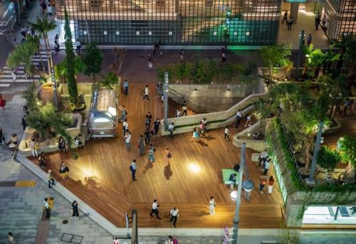 東京・銀座の数寄屋橋交差点にある「Ginza Sony Park(銀座ソニーパーク)」。写真奥のガラスの建物は、建築家であるレンゾ・ピアノ氏が設計した「銀座メゾンエルメス」(写真:ソニー)
