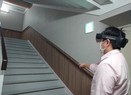 階段の模擬検査をしているところ(写真:日経クロステック)