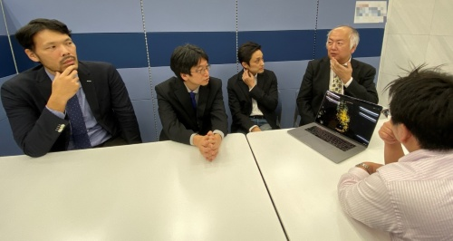 右の2人がウェザーニューズ、左の2人がトヨタのプロジェクトメンバー(写真:日経アーキテクチュア)