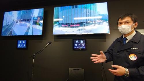 モニター2台には、現場カメラの映像を流している(写真:日経クロステック)