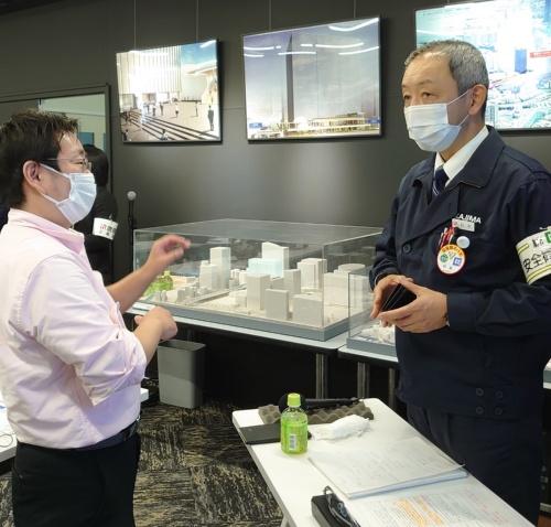 横浜ゲートタワーの建設現場を取り仕切る、鹿島の杉本健太郎所長(右)が現場公開の案内役を務めた。私が杉本所長に会うのは1年ぶりだ(写真:日経クロステック)