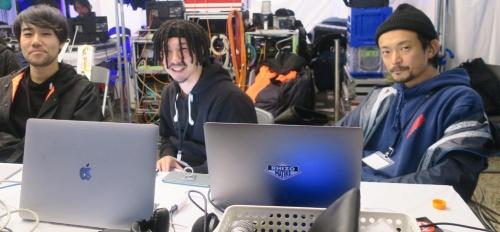 バルーン型デバイスの光と音を現場で制御していたライゾマティクスのメンバー。右がCoded Fieldの発案者である真鍋大度氏(写真:日経アーキテクチュア)