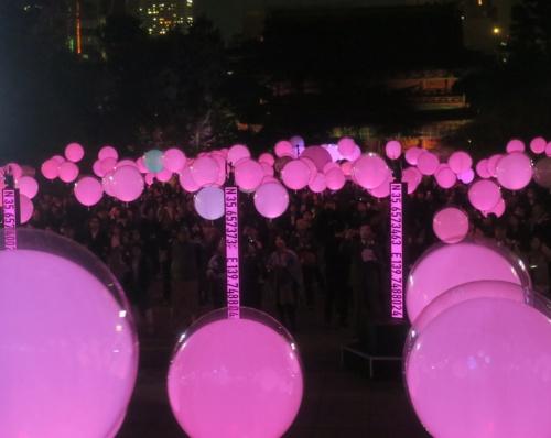 参加者が持つバルーン型デバイスが一斉にピンク色に光ったときの様子(写真:日経アーキテクチュア)