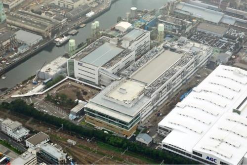中央の建物がSE1棟、その左が既存棟。新・旧2つの研究開発棟に、AGCの従業員だけで約1500人が勤務する計画(写真:AGC)