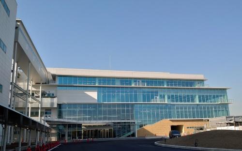 AGC横浜テクニカルセンター内に完成した新研究開発棟「SE1棟」(正面)。左の建物は既存の研究開発棟で、両棟を渡り廊下でつないだ(写真:日経クロステック)