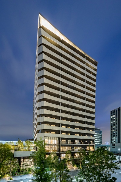 20年6月に竣工した、東京ポートシティ竹芝のレジデンスタワーにおける夜の様子。「帆」をモチーフにした外観デザインがライトアップで際立つ(写真:東急不動産、鹿島)