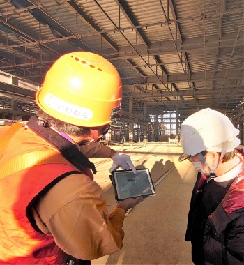 建設現場にタブレットを持ち込み、次世代型生産設計図を見るのが当たり前になった。Revitのビューワー「BIM 360」を使って、デジタル図面を閲覧する(写真:日経クロステック)