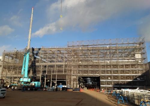 宇都宮市にあるミツトヨ新工場の建設現場。訪問した日は偶然、全ての鉄骨が組み上がる上棟の当日だった(写真:日経クロステック)