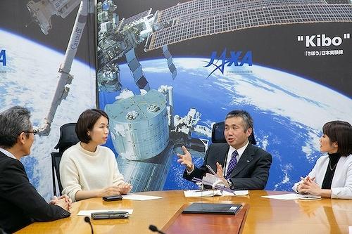 宇宙航空研究開発機構(JAXA)理事・有人宇宙技術部門長で、宇宙飛行士の若田光一氏(写真右から2人め)が「きぼう」をテーマに対談