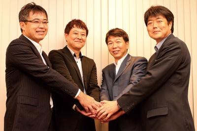 左から日立製作所の服部善成事業執行役員、富士通の馬場俊介みずほ事業部事業部長、日本IBMの林勇太金融第二ソリューション・デリバリー統括部長、NTTデータの荻田直人メガバンク統括部第一開発担当部長