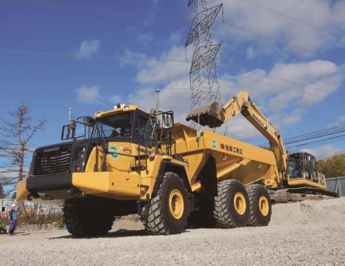 土砂を運搬する6輪ダンプトラック(写真:佐藤工務店、東北大学、千葉工業大学、三洋テクニックス、コーワテック)