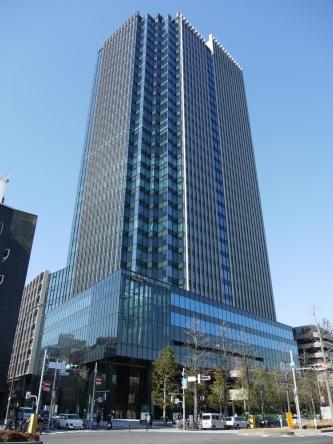 2020年2月から店舗など一部開業した「CO・MO・RE YOTSUYA(コモレ四谷)」。外堀通りに面する東側外観を2月10日に撮影。全体オープンは夏ごろになる予定だ(写真:日経アーキテクチュア)