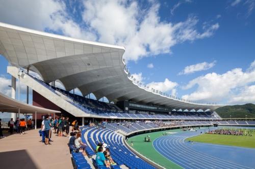 9月1日にオープンした新青森県総合運動公園陸上競技場。呼称はネーミングライツを地元企業が取得し、「カクヒログループアスレチックスタジアム」となった(写真:吉田 誠)