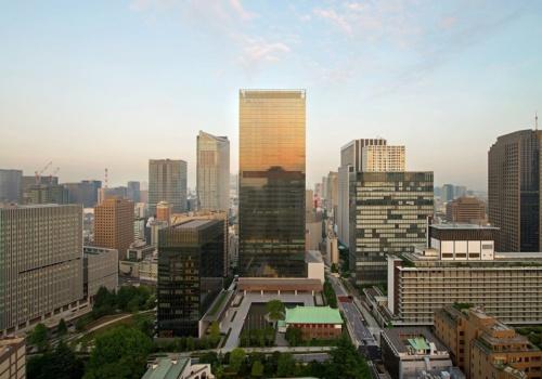 中央の高層棟が「オークラ プレステージタワー」で、その左下に写るのが、「オークラ ヘリテージウイング」(写真:三輪晃久写真研究所)