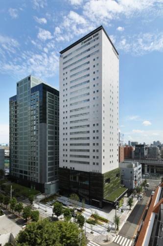 JR新大阪駅近くでオープンする「SGリアルティ新大阪ホテル(からくさホテルグランデ新大阪タワー)」の北西外観(写真:清水建設)