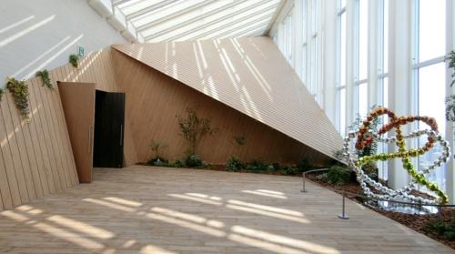 大阪市中央区難波で2019年12月1日に開業した「ホテルロイヤルクラシック大阪難波」。写真は、日の光が差し込む最上階のアトリウム(写真:隈研吾建築都市設計事務所)