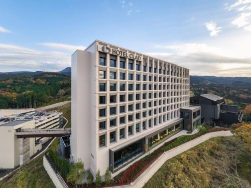 アウトレットの敷地内に完成した新施設。手前がホテル「HOTEL CLAD」で、奥に見える低層部分が日帰り温泉施設「木の花の湯」(写真:川澄・小林研二写真事務所)