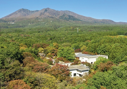 高級リゾートホテル「二期倶楽部」を星野リゾートが取得。自然環境や、周囲の生産活動と触れ合うことのできる、家族・グループ客向けのホテルにリノベーションした(資料:星野リゾート)