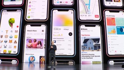スペシャルイベントで講演する米アップルのティム・クックCEO