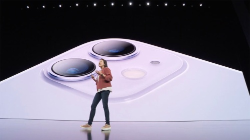 「iPhone XR」の後継となる「iPhone 11」は背面カメラが2枚になった。カメラのレンズは独立したデザインで、周囲の四角く盛り上がった部分は背面ガラスと一体の削り出しだ