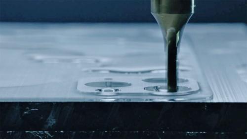 iPhone 11 Proの製造工程を紹介したビデオで、背面パーツを1枚のガラス板から削り出している様子が分かる