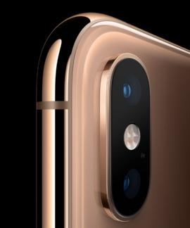 iPhone XSの背面カメラ。2つのレンズが1つのユニットに収められており、本体のカラーによらず全体が黒だった