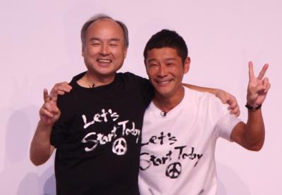 記者会見で肩を組むソフトバンクグループの孫正義会長兼社長(左)とZOZOの前沢友作前社長