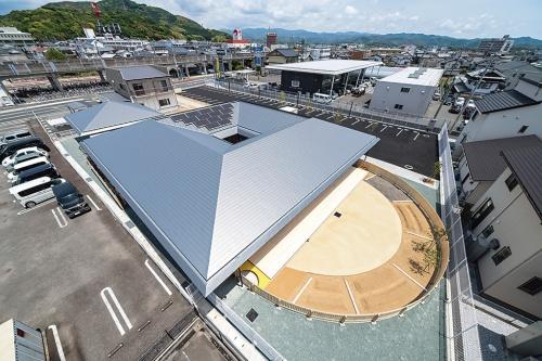 〔写真2〕ロの字形の切妻屋根で折板構造