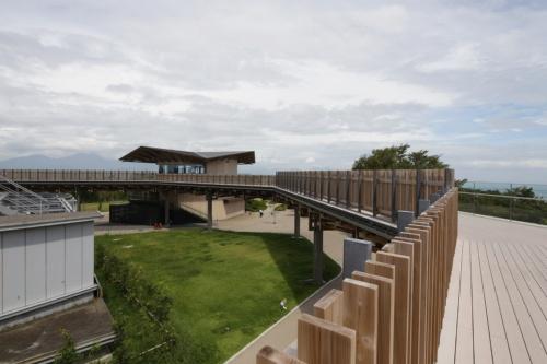 〔写真2〕棟と谷が繰り返す八角形の屋根