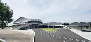 北側からの全景。左が多目的競技場で、右が武道場(写真:イクマ サトシ)