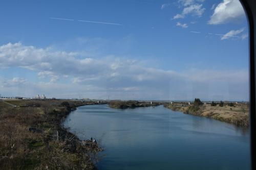 図2 荒川鉄橋を走行中の川越線から上流を見る